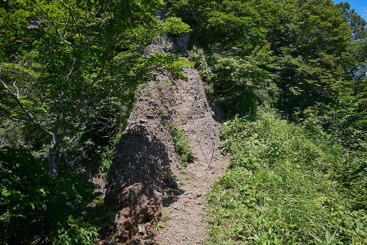 戸隠山-尾根の上の鎖場は細い