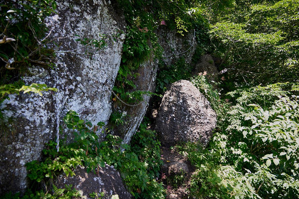 戸隠山-石に張り付いて登る