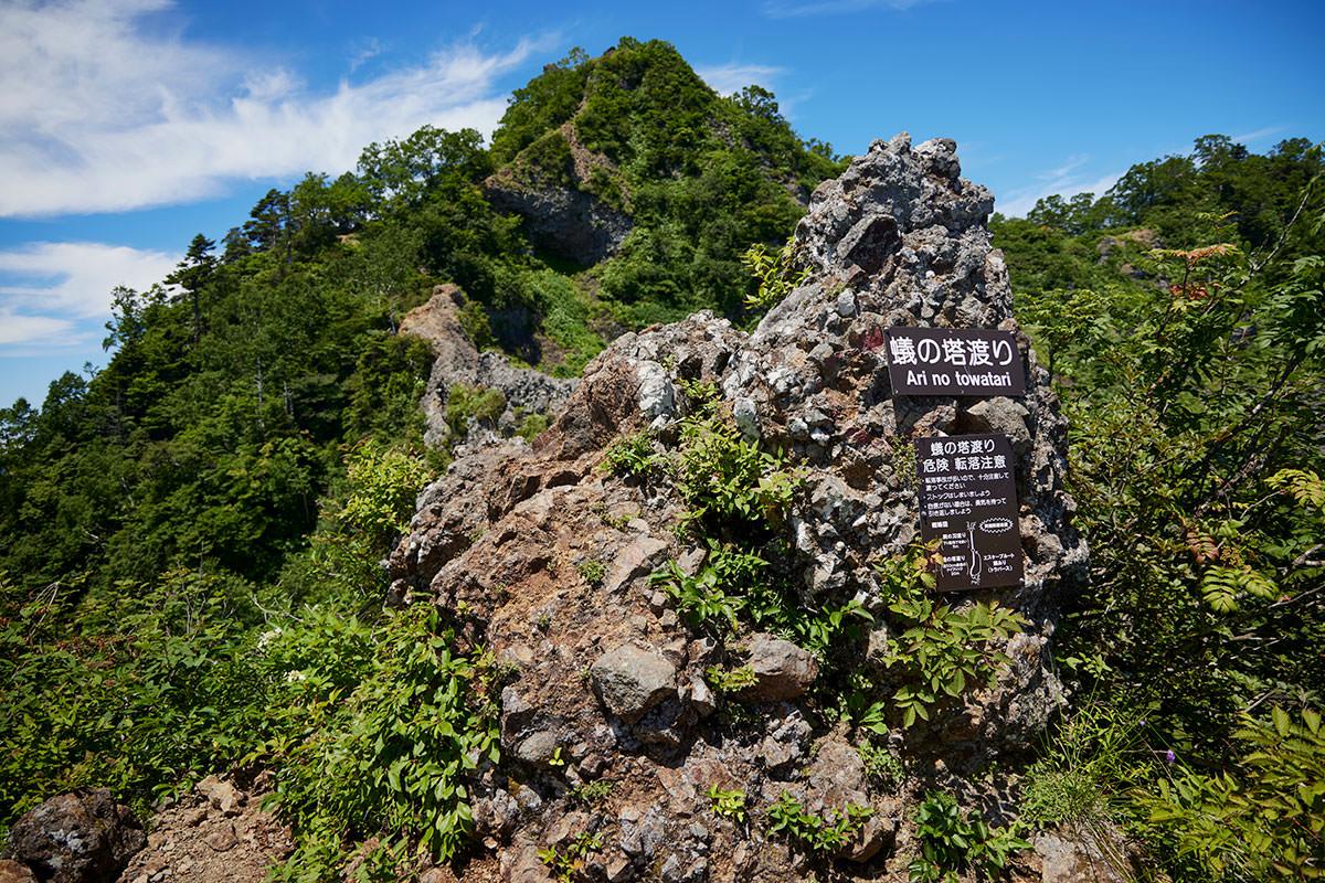 戸隠山-ケルンの左側から蟻の塔渡りへ
