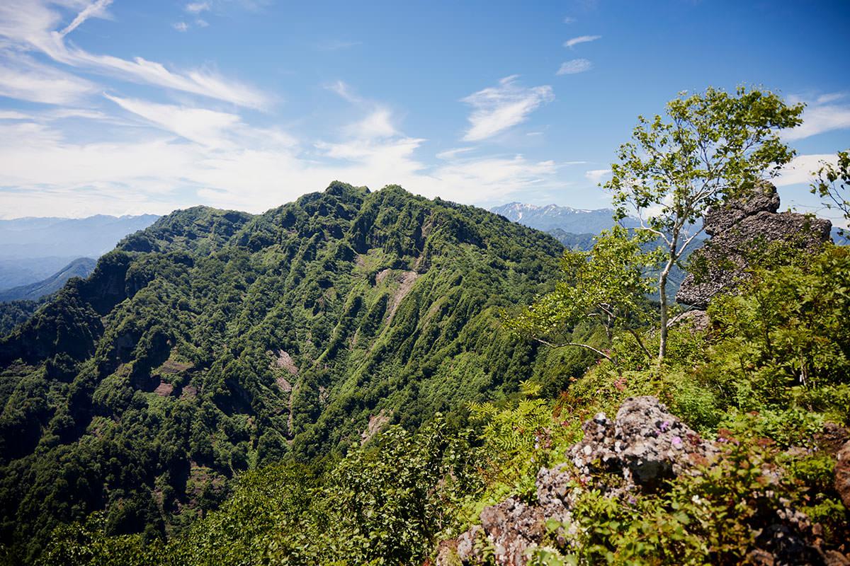 戸隠山-西岳も間近に見える
