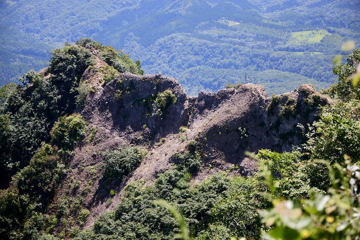 戸隠山-蟻の塔渡りを見ながら山頂へ向かう