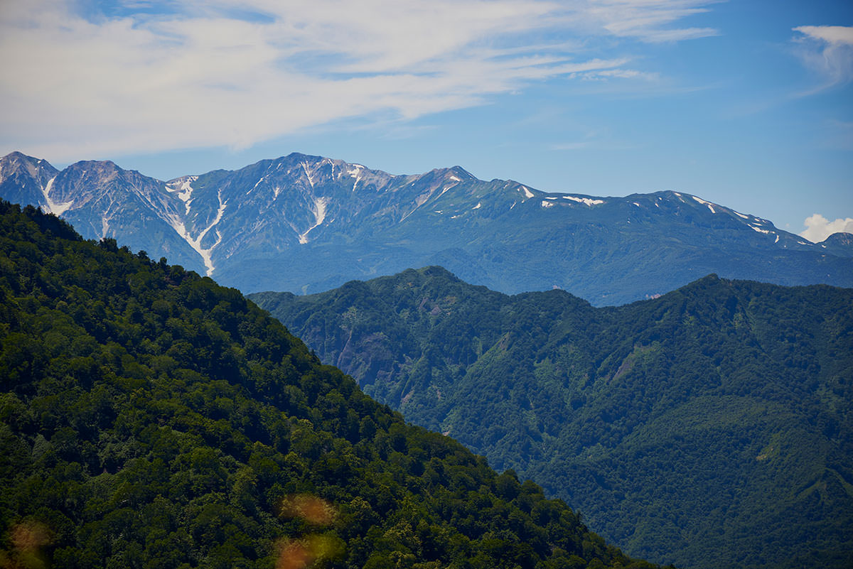 戸隠山-向こうに北アルプス白馬岳