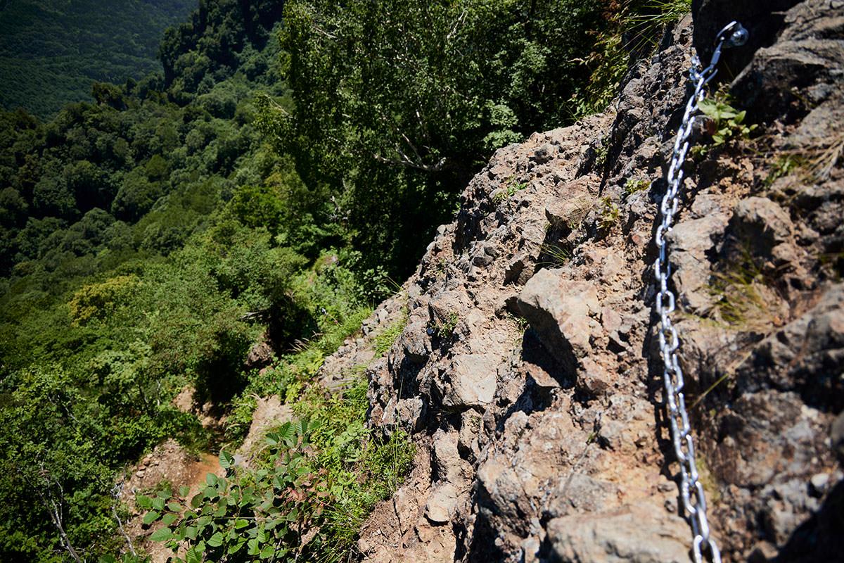 戸隠山-胸突岩は一気に下る感じの岩場