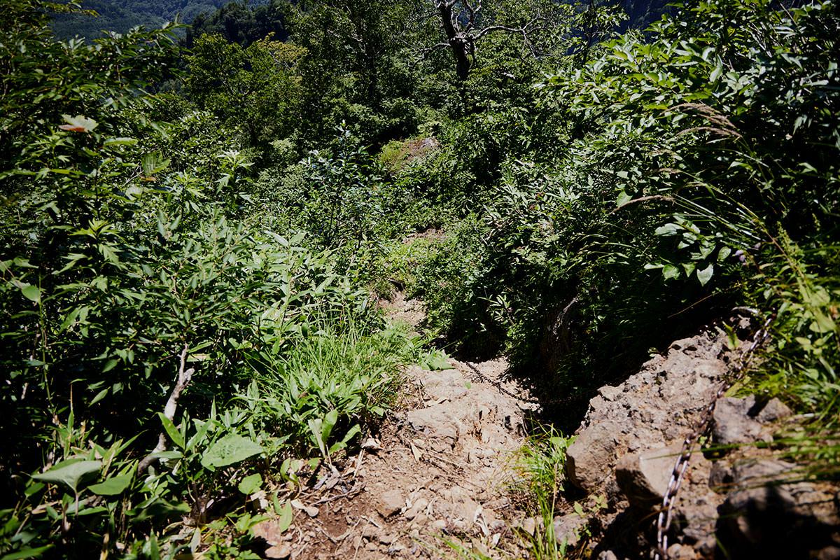 戸隠山-胸突岩の下は段差が高い