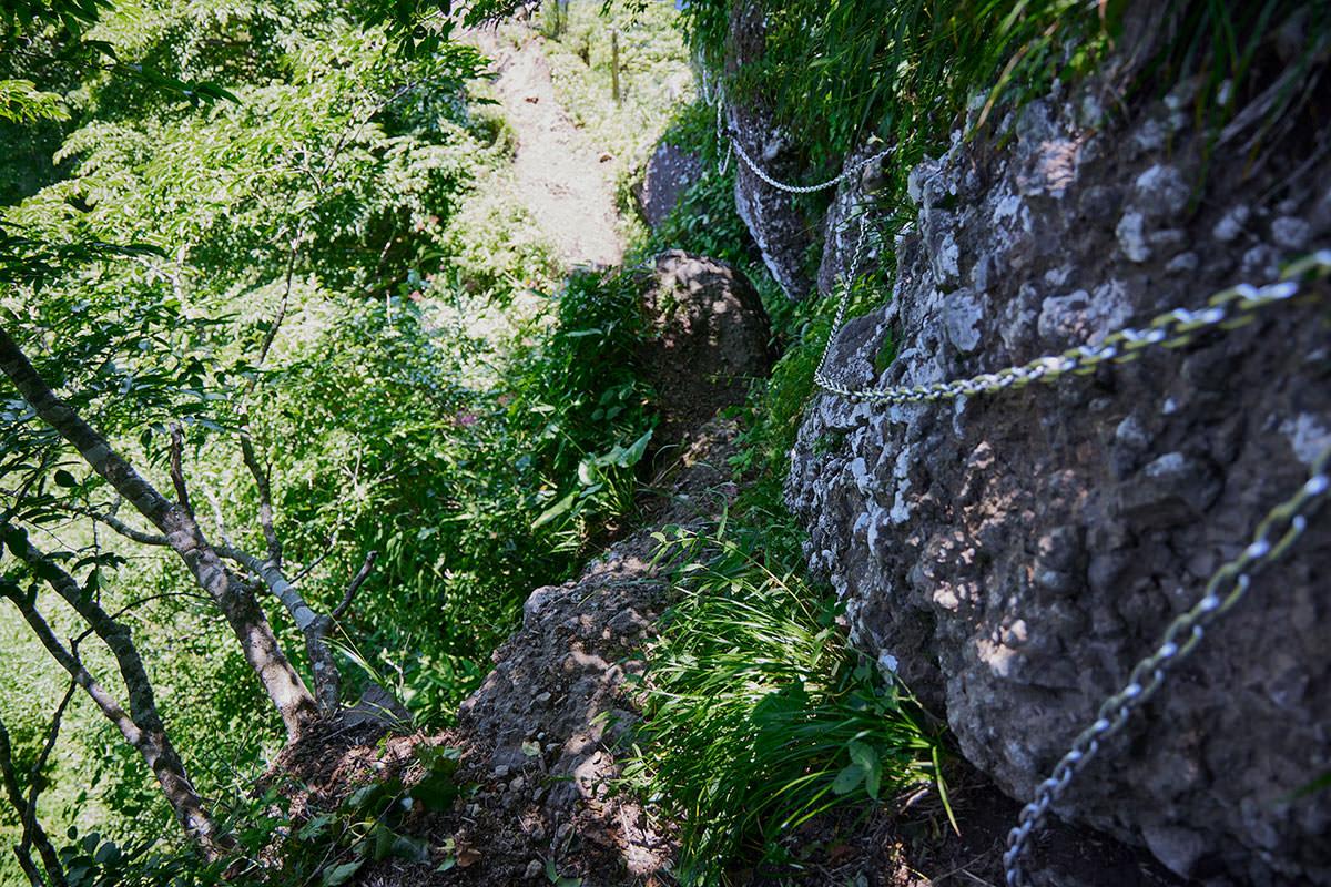 戸隠山-岩に張り付いて下りるようなの鎖場