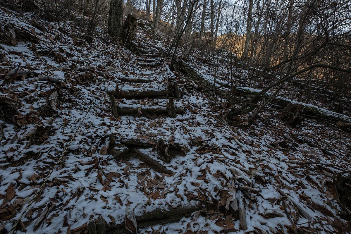 【独鈷山】登山百景-乾雪と落ち葉が滑る