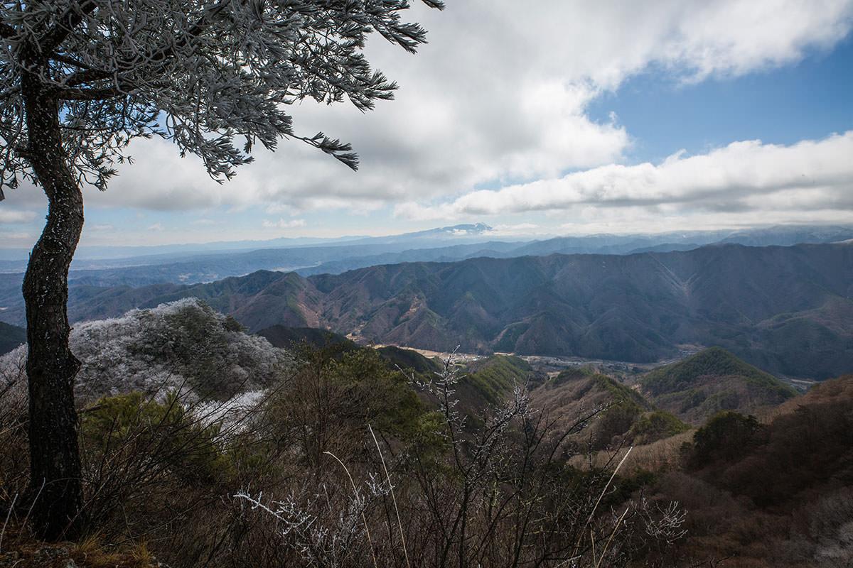 雲の間に蓼科山