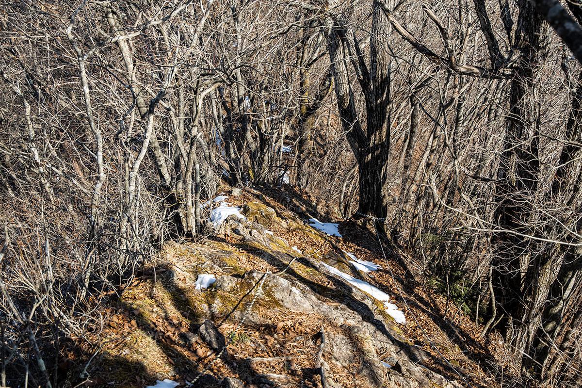 独鈷山-山頂付近の岩場を下りる