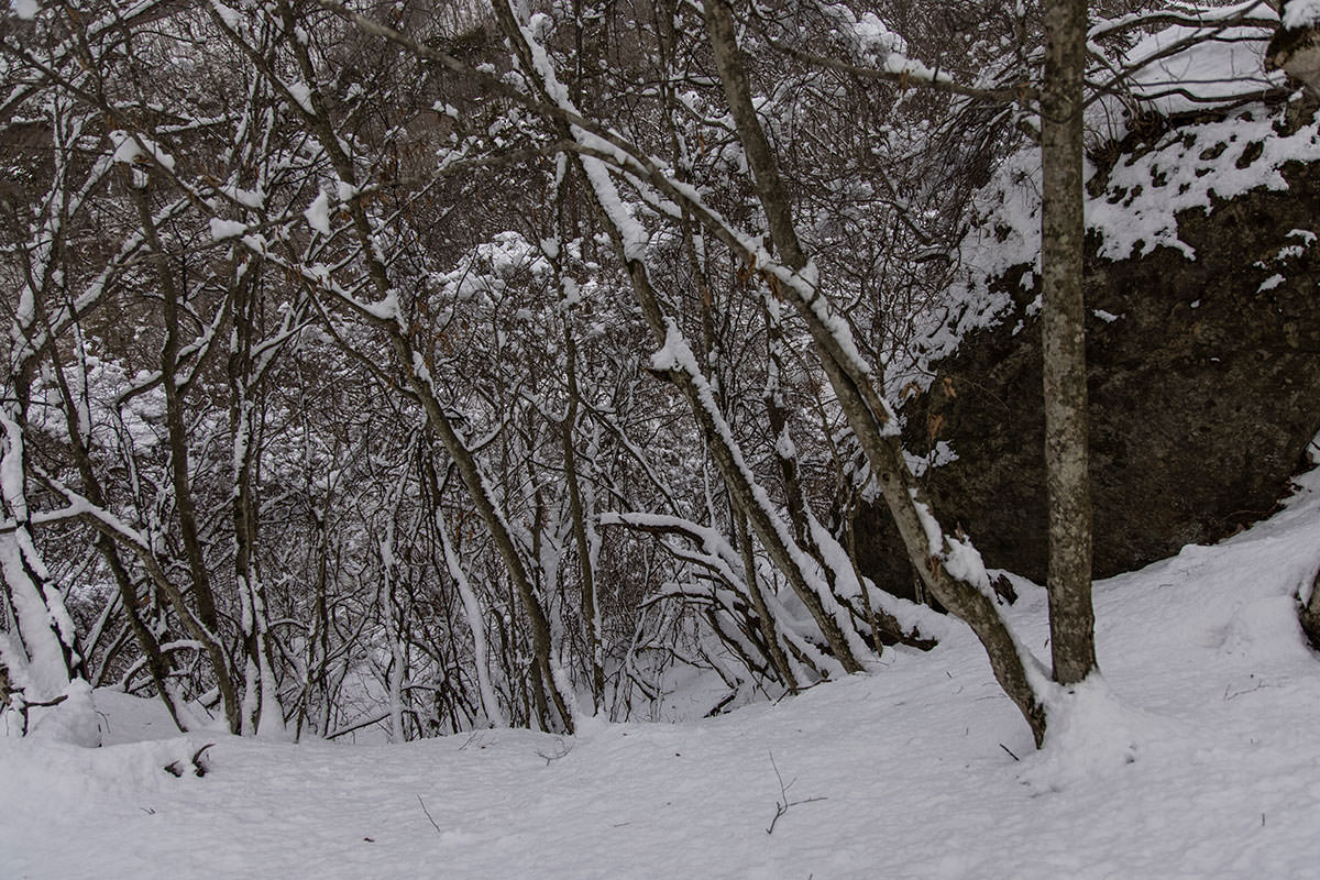 独鈷山-ここを下りて岩の下を右へ
