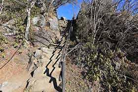 階段を登ると男体山