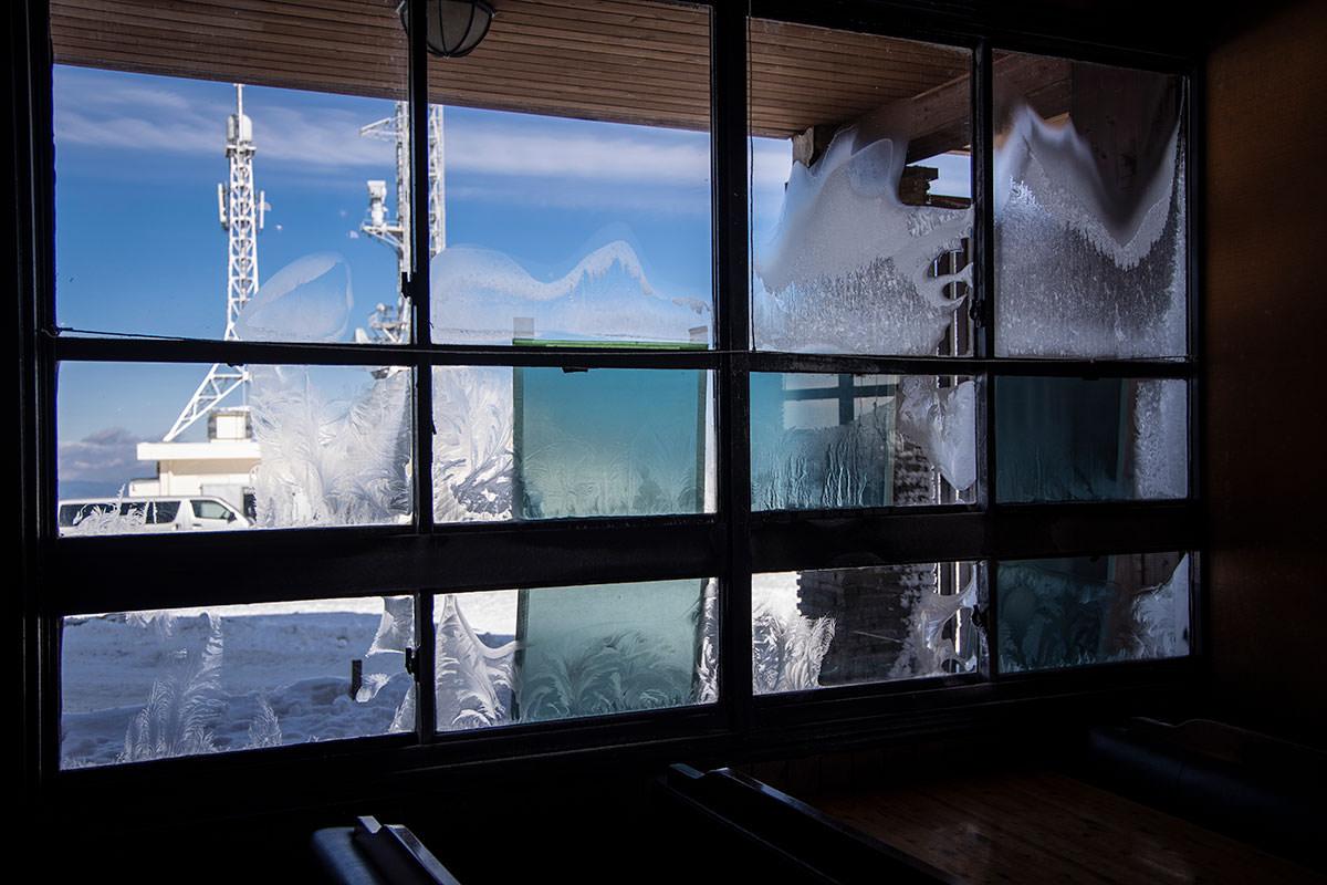 窓にできる霜の模様を作ってた