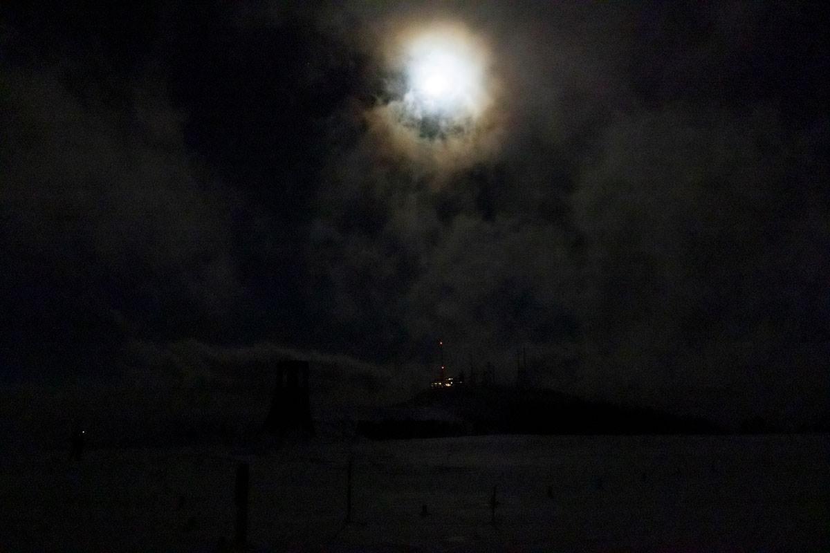 月の下で王ヶ頭ホテルには灯りが付いている
