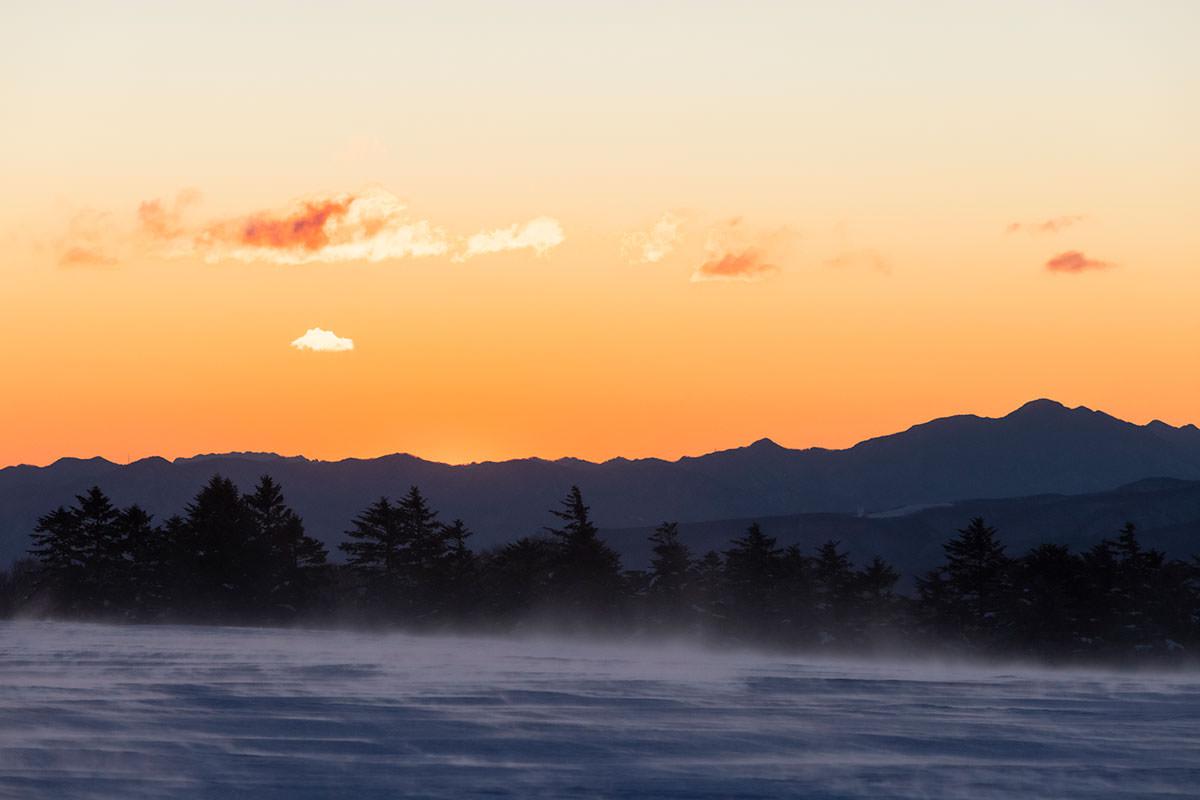 朝陽の明るさと雪の粉
