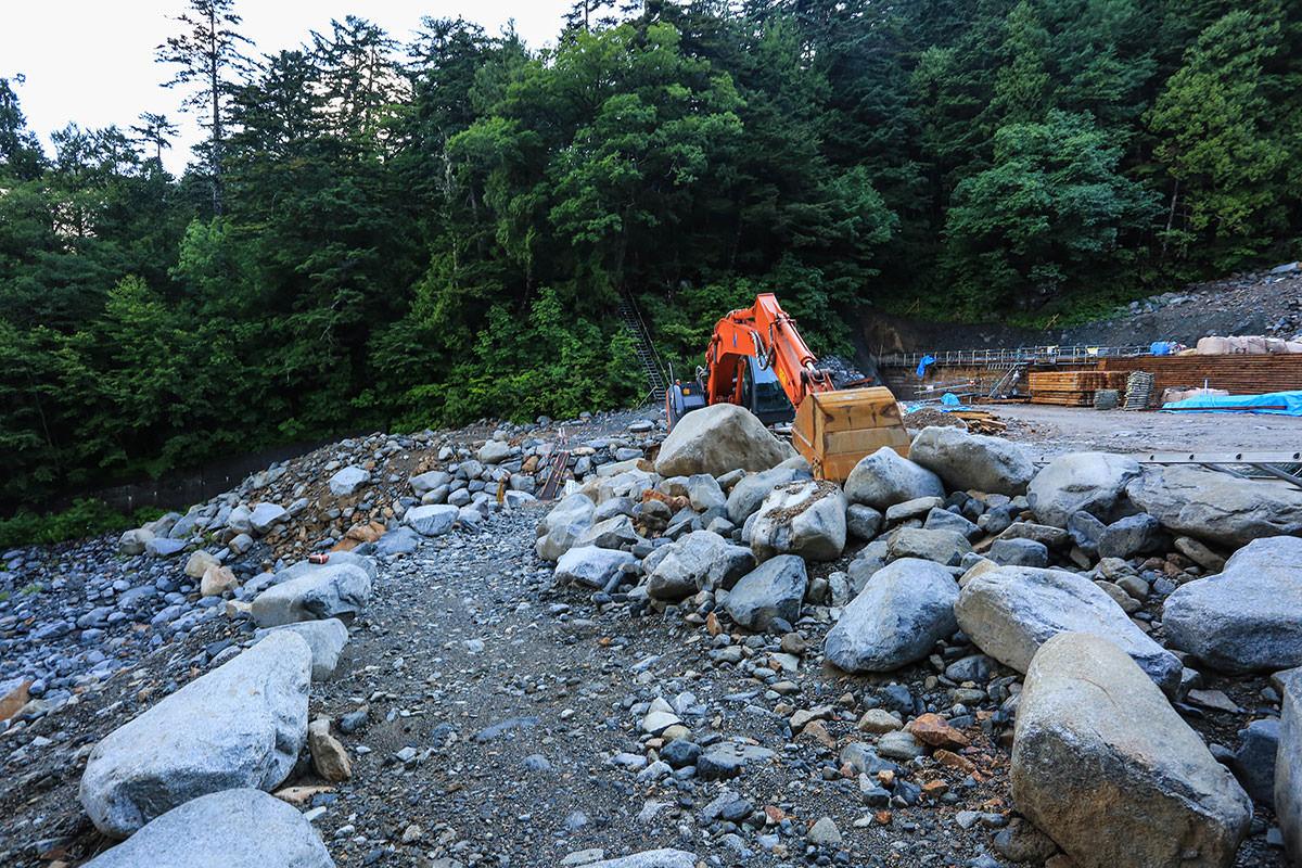 槍ヶ岳-白出沢を渡る。沢というか大きな川というか、けっこう広い。