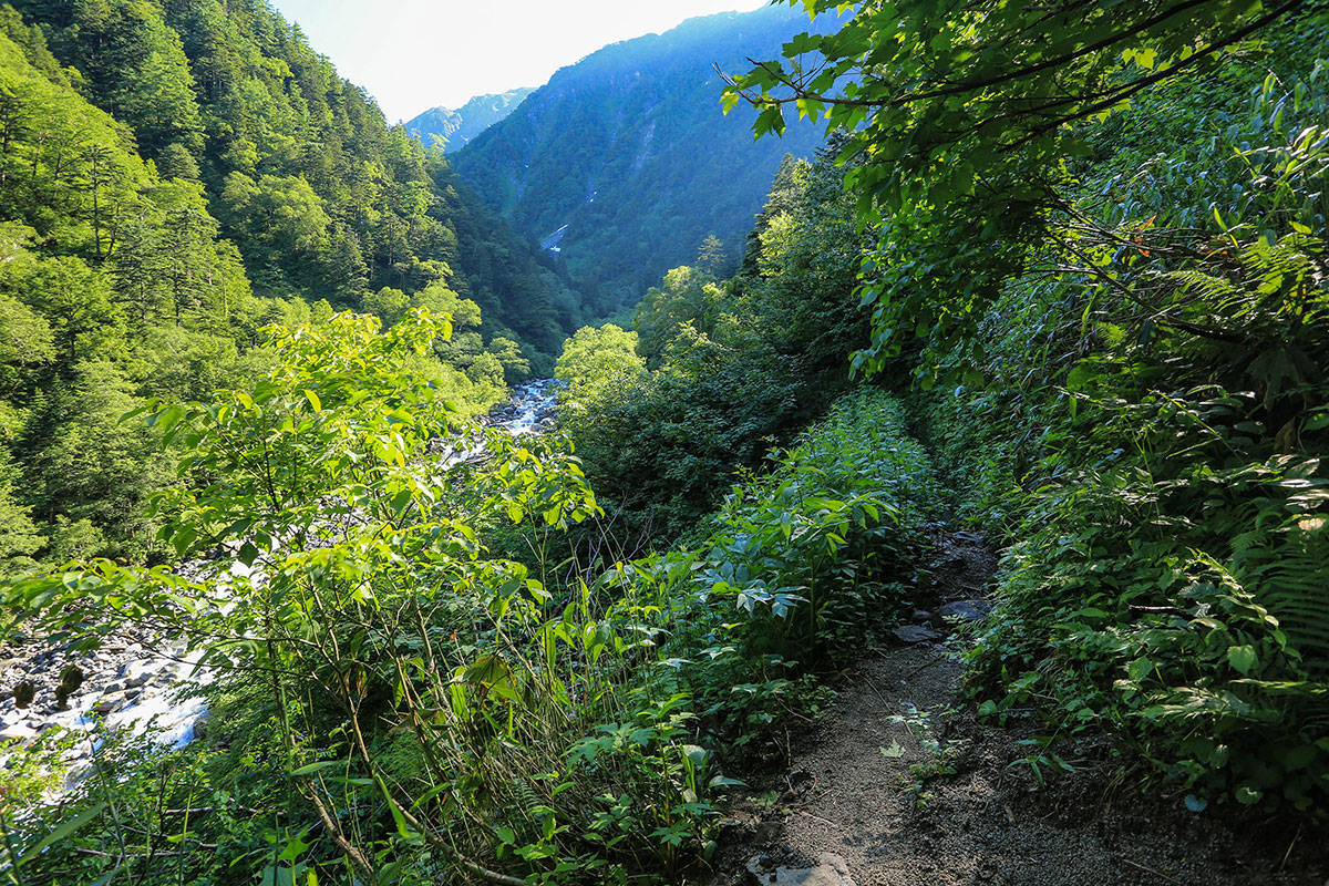 槍ヶ岳-延々と川沿いに歩いて行くように見える