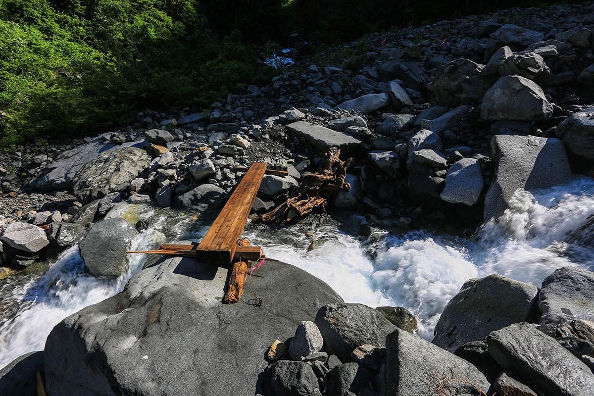 槍ヶ岳-滝谷の沢を渡る。けっこう水量は多い。