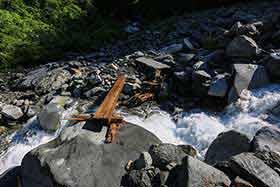 滝谷の沢を渡る