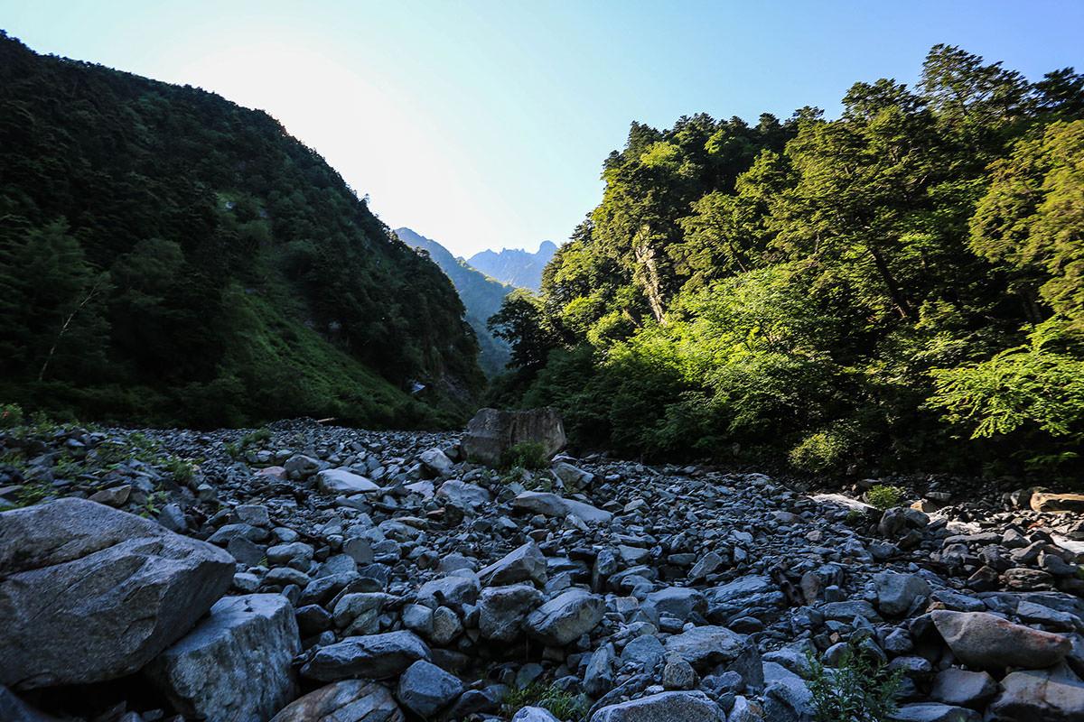 槍ヶ岳-上流を見上げる。あの丸いものは滝谷ドームか?