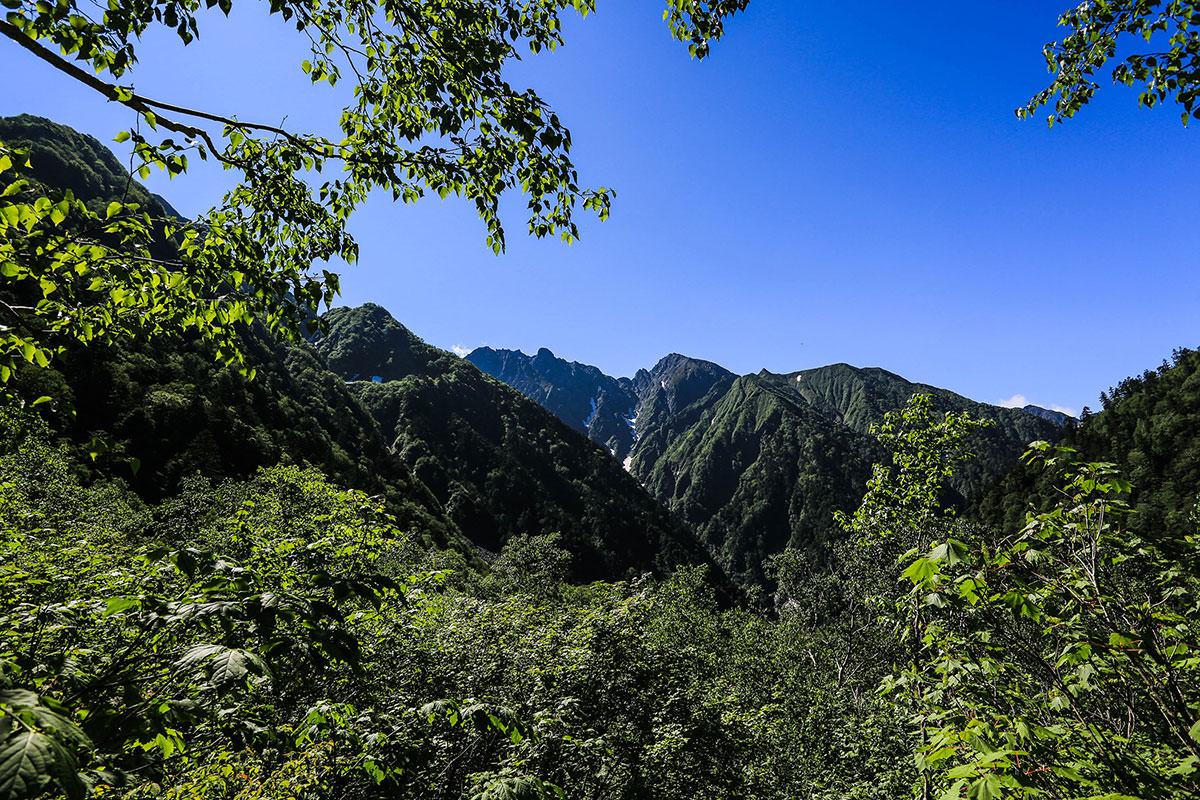 槍ヶ岳-振り返ると穂高岳が見える。あの真下に白出沢があったと思うと、かなり歩いてきたことを感じる。