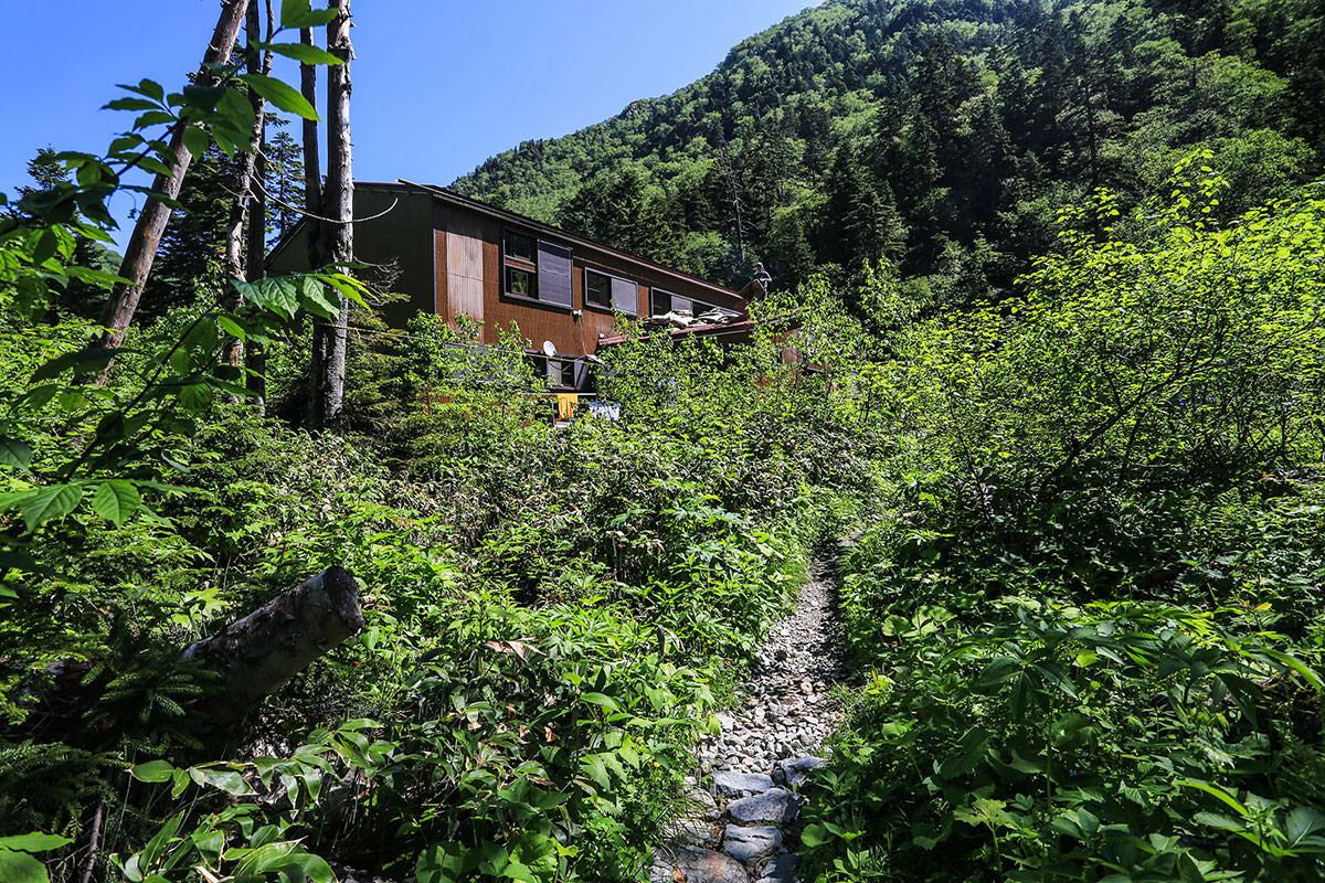槍ヶ岳-なだらかな木道の先に槍平小屋が見えた