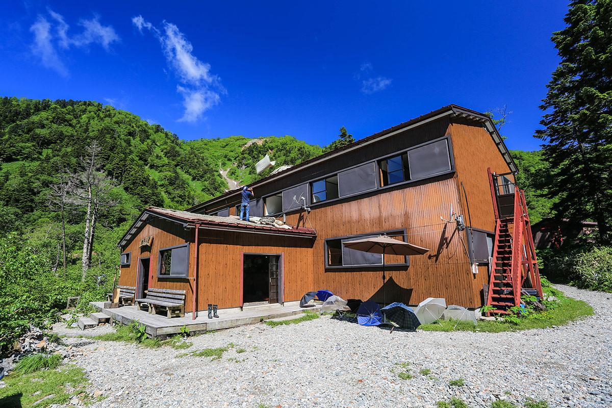 槍ヶ岳-槍平小屋に到着。天気も良いし布団を干している最中だった。