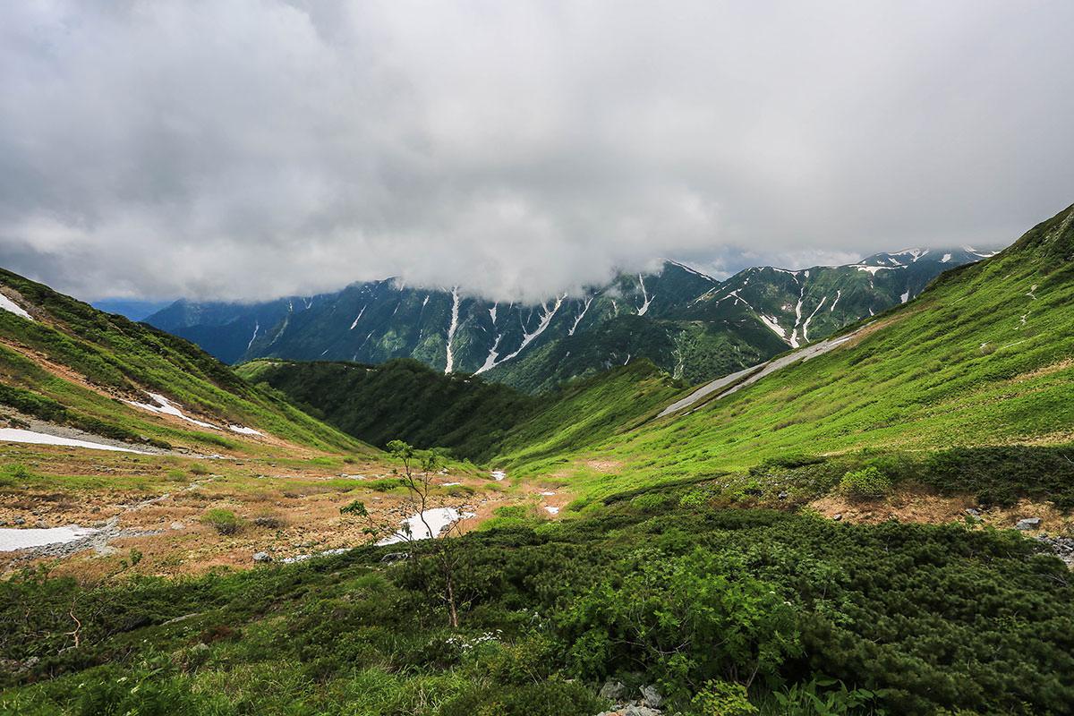 槍ヶ岳-笠ヶ岳を振り返ったら厚い雲が掛かっていた