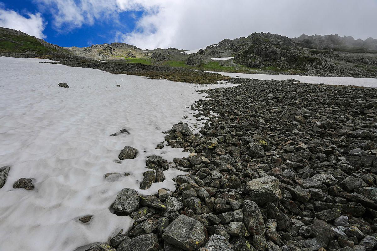 槍ヶ岳-石がゴロゴロして歩きづらい