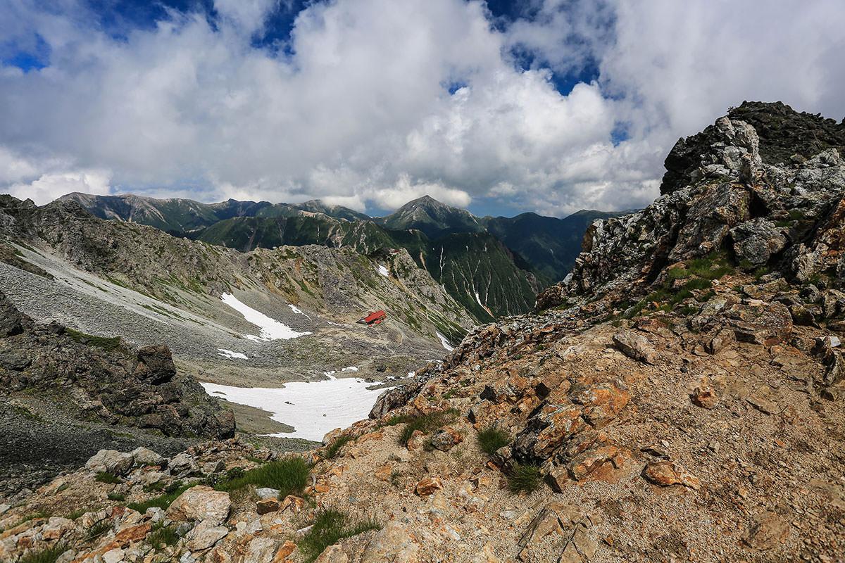 槍ヶ岳-やっと稜線に立った。飛騨乗越から見下ろす。