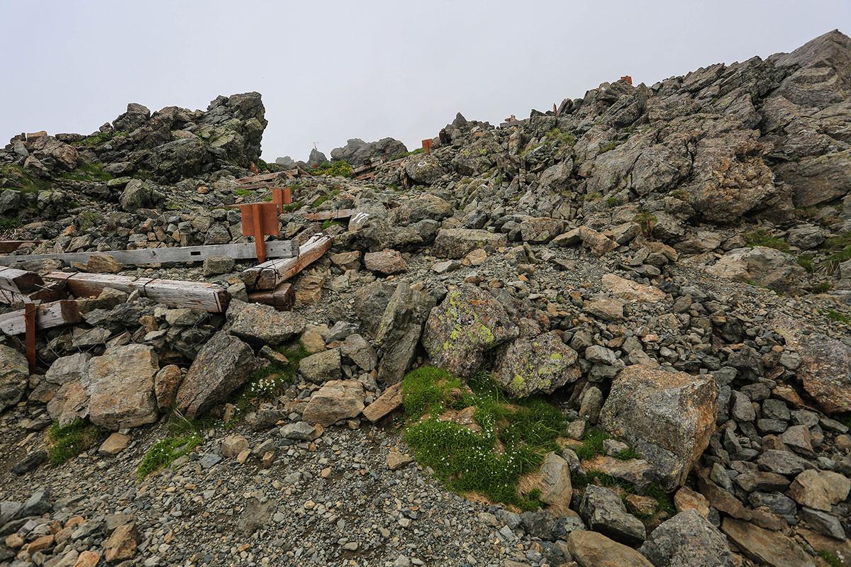 槍ヶ岳-槍ヶ岳山荘のテント場を通る
