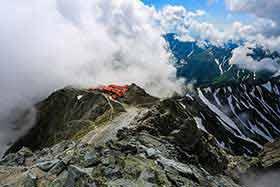 槍ヶ岳山荘を見下ろす