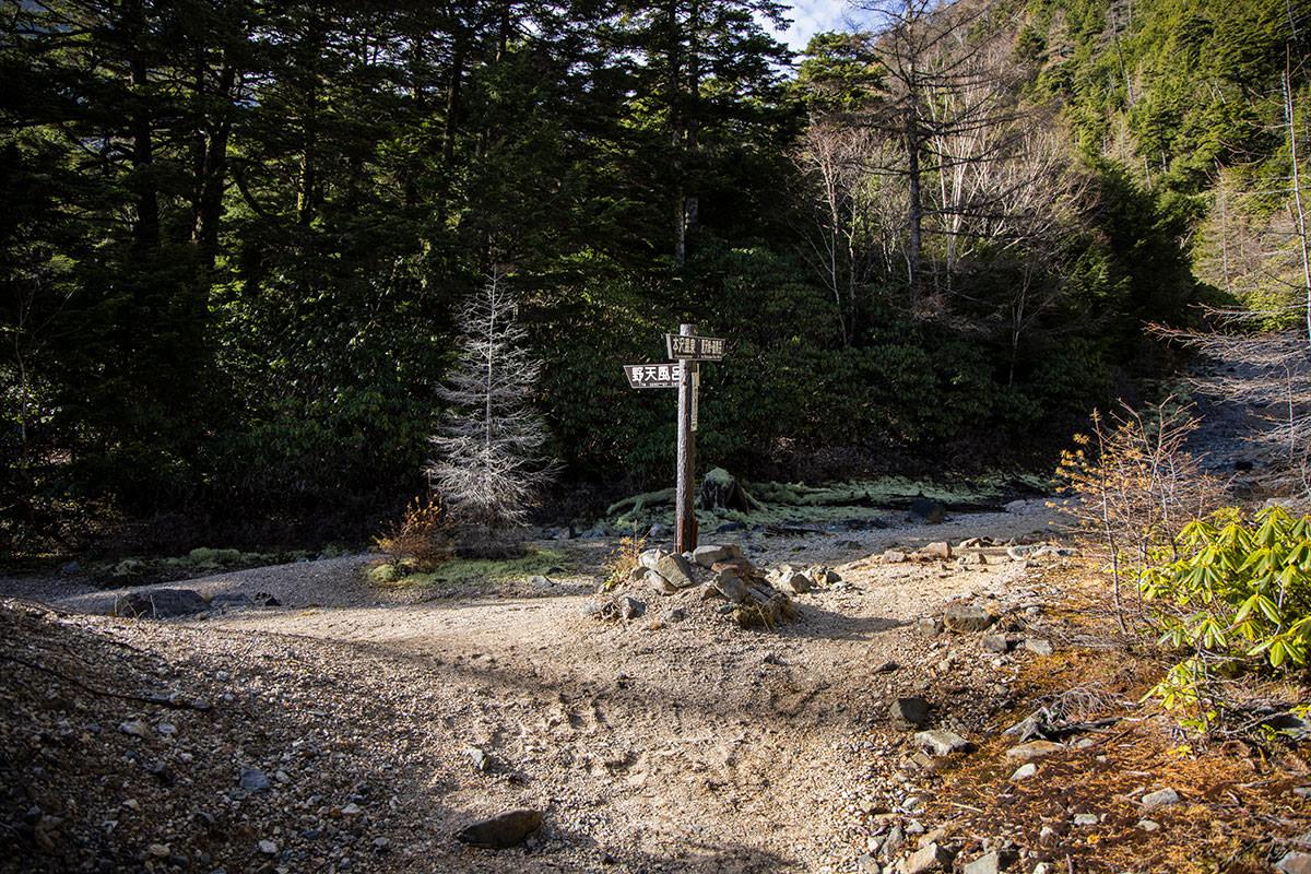 本沢温泉の野天風呂が左側にある