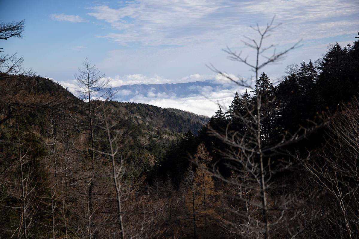 振り返って見ると麓の小海町が雲海になっている