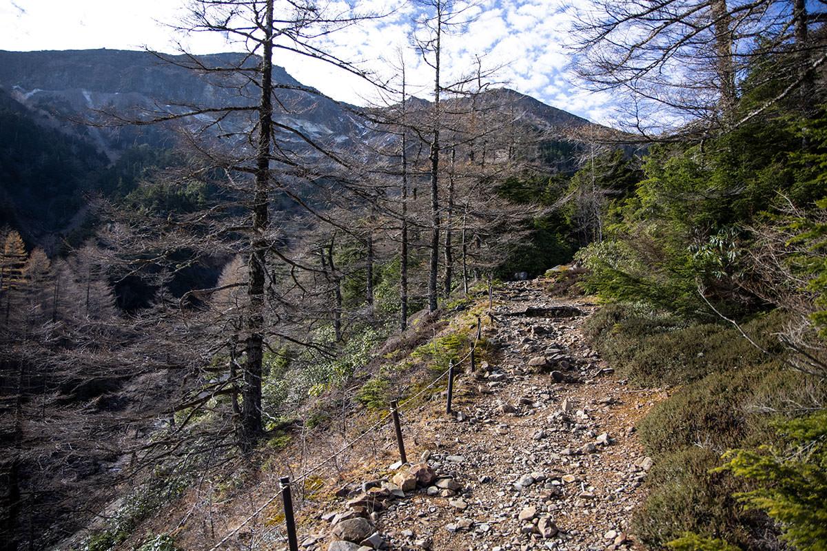 硫黄岳へ向かって登っていく
