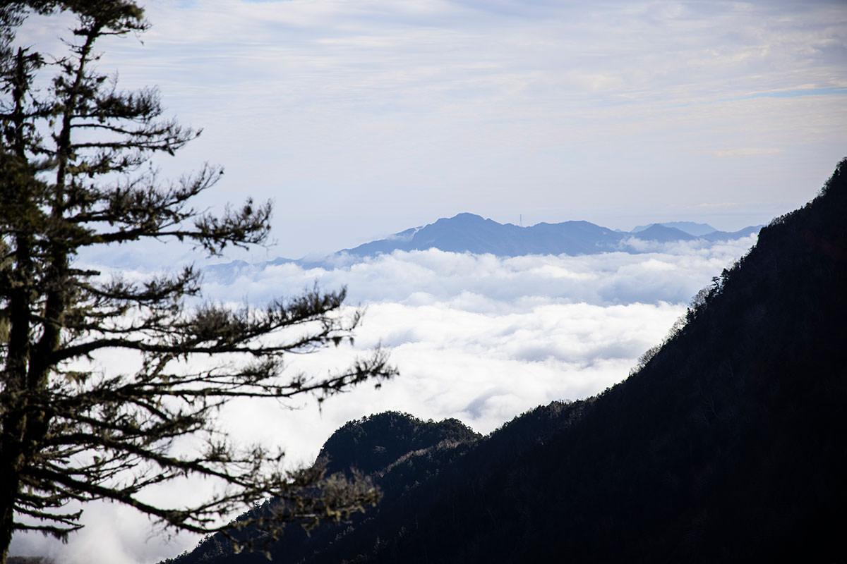 小海町を覆っている雲の向こうには御座山が見える