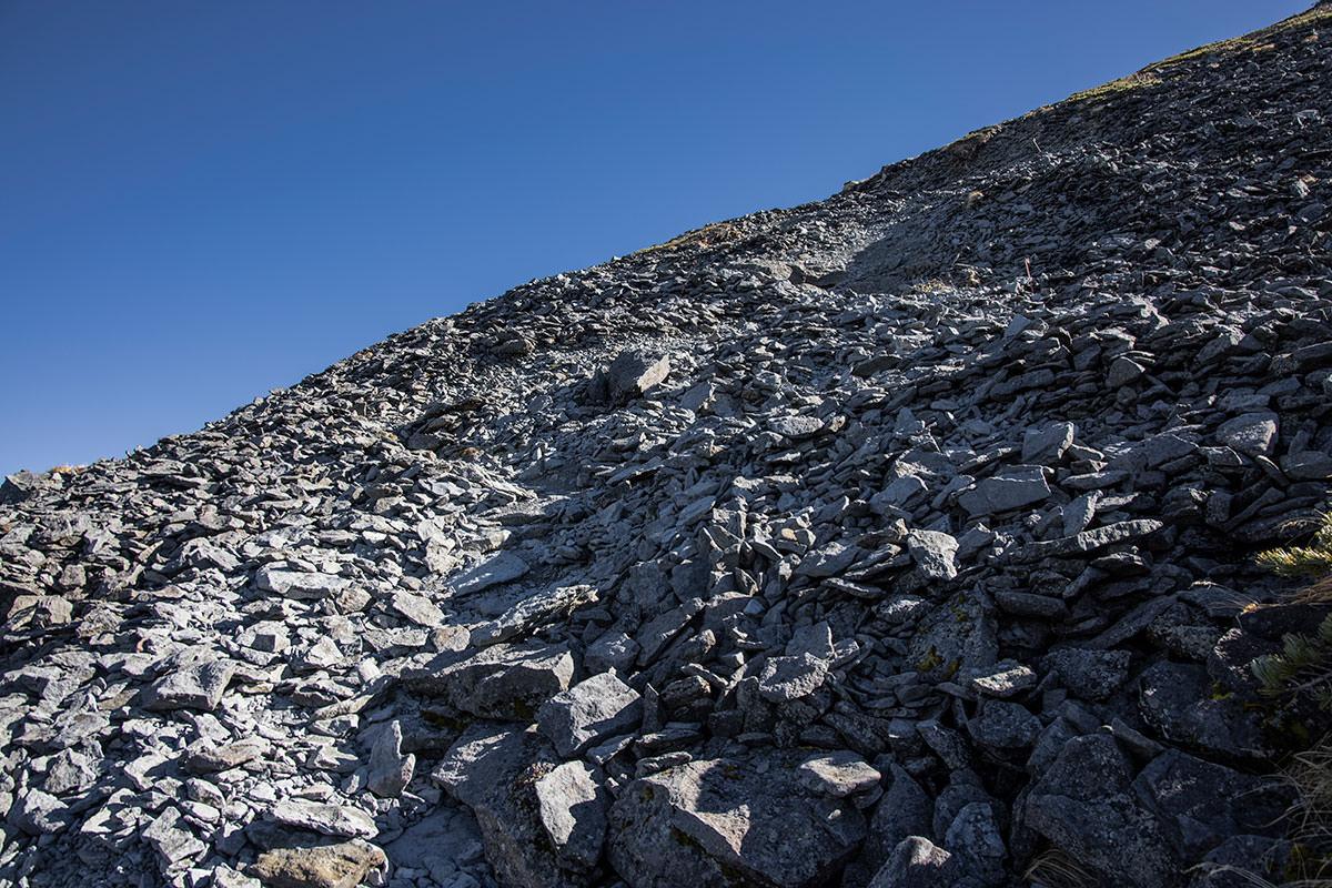 硫黄岳へはガレ場が続く