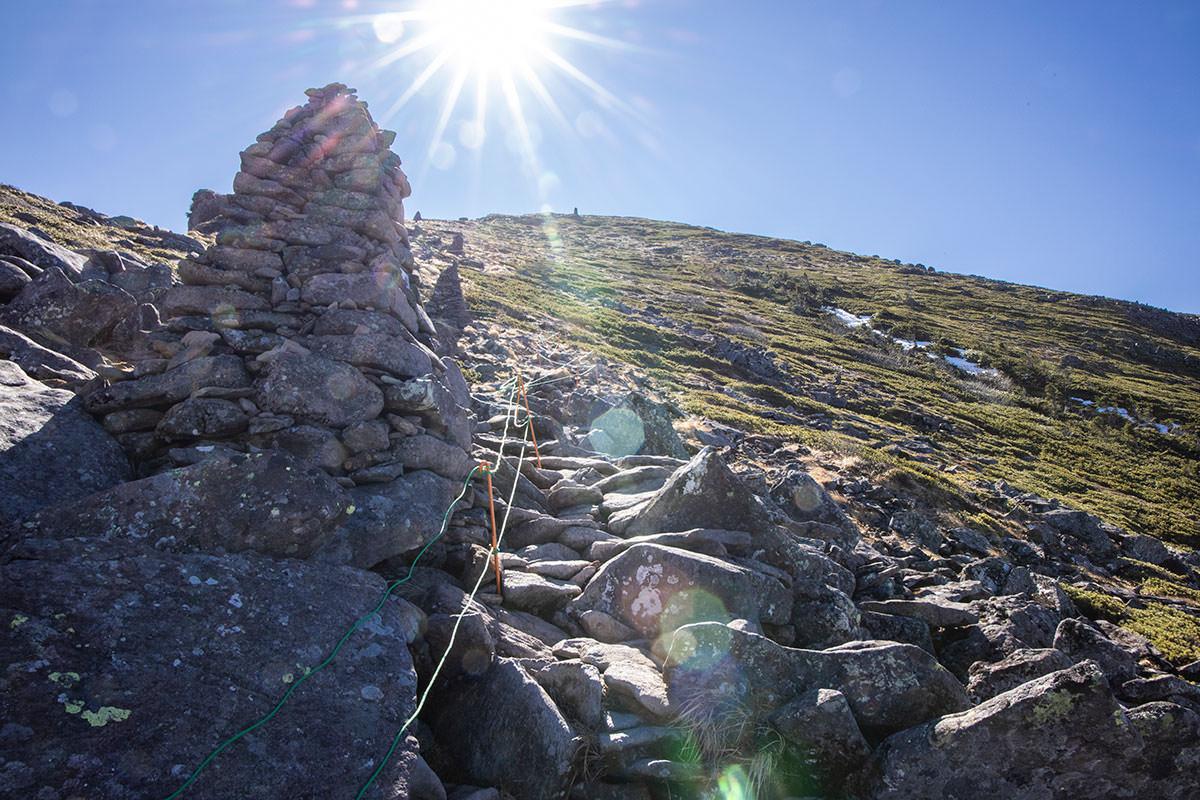 山頂が近づくとケルンが建っている