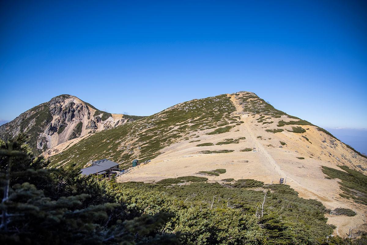 少し下りたら根石岳へ登り返し