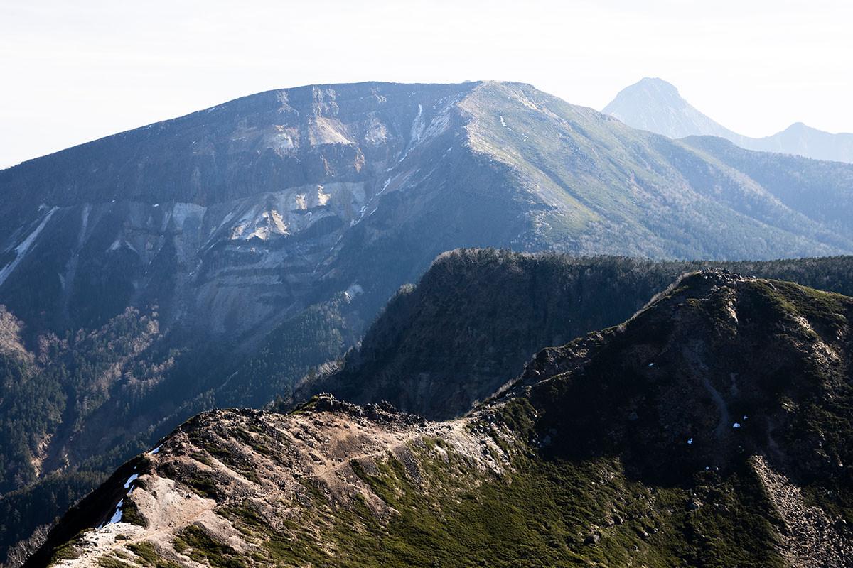 硫黄岳は遠目に見る地層が印象的