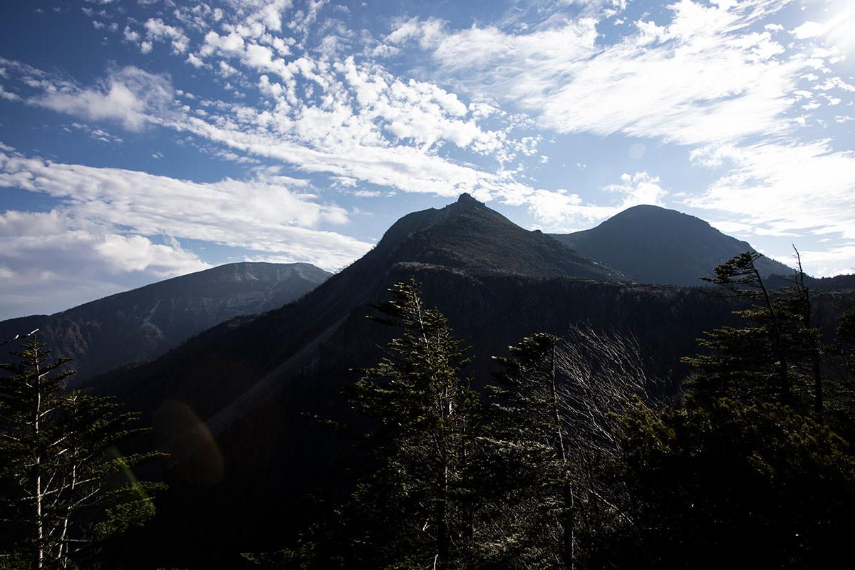 見晴らし台から天狗岳を見上げると、その先に硫黄岳が見える