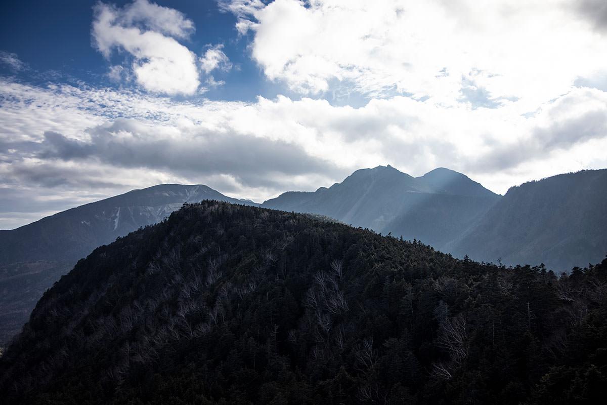 手前に稲子岳、その向こうに天狗岳、硫黄岳